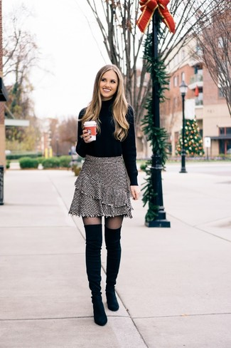 Cómo combinar: jersey de cuello alto negro, minifalda de tweed gris, botas sobre la rodilla de ante negras