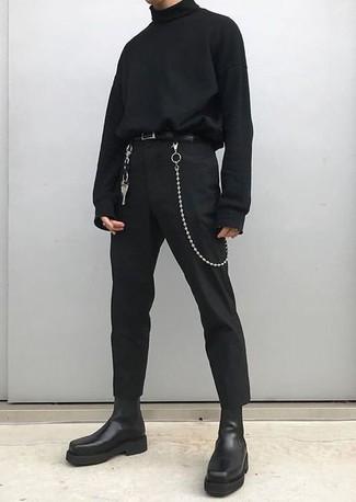 Cómo combinar: jersey de cuello alto negro, pantalón chino negro, botines chelsea de cuero negros, correa de cuero negra