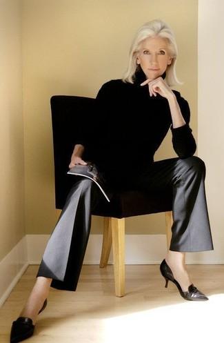 Cómo combinar un jersey de cuello alto negro: Si buscas un look en tendencia pero clásico, intenta ponerse un jersey de cuello alto negro y unos pantalones anchos negros. Zapatos de tacón de cuero negros son una opción excelente para complementar tu atuendo.