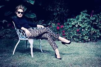 Jersey de cuello alto negro pantalones pitillo de leopardo marron claro zapatos de tacon de cuero negros large 1102