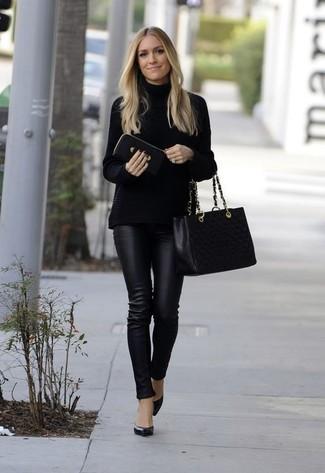 Cómo combinar una bolsa tote de cuero acolchada negra: Opta por un jersey de cuello alto de punto negro y una bolsa tote de cuero acolchada negra transmitirán una vibra libre y relajada. Completa el look con zapatos de tacón de cuero negros.