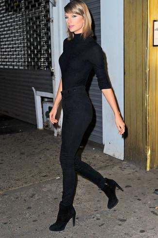 Look de Taylor Swift: Jersey de Cuello Alto Negro, Vaqueros Pitillo Negros, Botines de Ante Negros