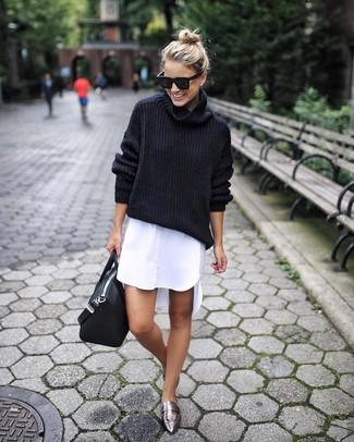 Cómo combinar: jersey de cuello alto de lana negro, vestido camisa blanca, mocasín de cuero plateados, bolsa tote de cuero negra