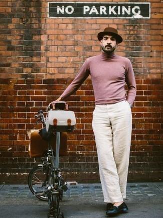 Cómo combinar un sombrero de lana marrón: Emparejar un jersey de cuello alto rosado con un sombrero de lana marrón es una opción grandiosa para el fin de semana. Elige un par de mocasín de cuero azul marino para mostrar tu inteligencia sartorial.