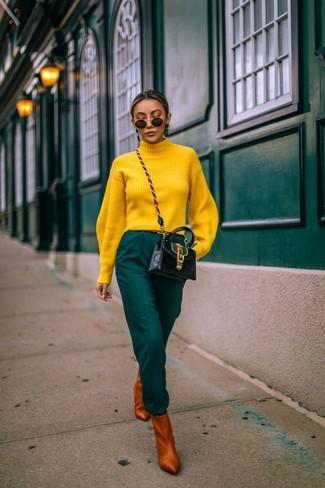 Cómo combinar: jersey de cuello alto amarillo, pantalón de pinzas verde oscuro, botines de cuero en tabaco, bolso bandolera de cuero negro