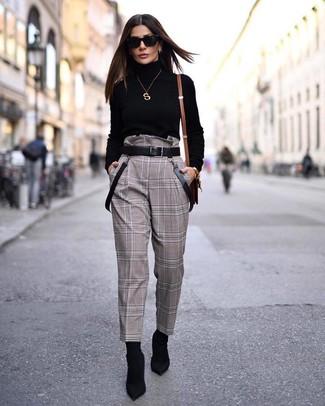 Cómo combinar: jersey de cuello alto negro, pantalón de pinzas a cuadros marrón, botines de elástico negros, correa de cuero negra