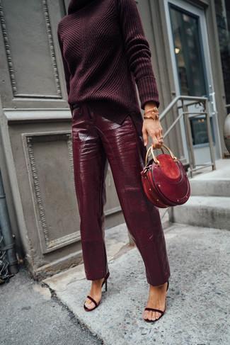 Cómo combinar: jersey de cuello alto de punto burdeos, pantalón de pinzas de cuero burdeos, sandalias de tacón de ante burdeos, cartera sobre de cuero roja