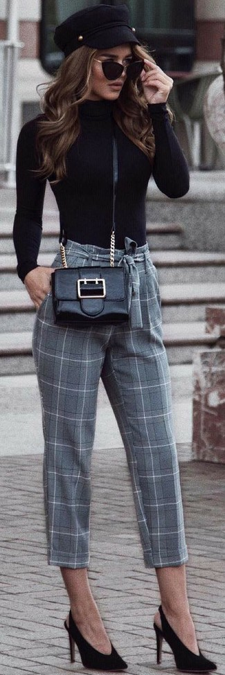 Cómo combinar: jersey de cuello alto negro, pantalón de pinzas a cuadros gris, zapatos de tacón de ante negros, bolso bandolera de cuero negro