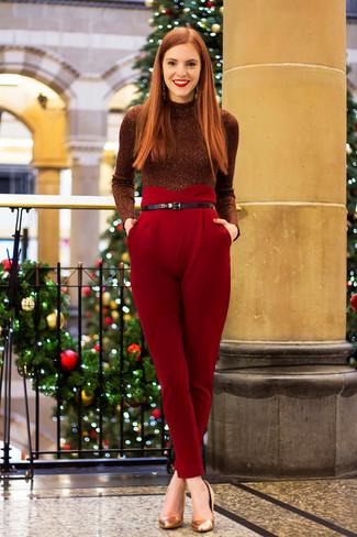 Cómo combinar: jersey de cuello alto con adornos burdeos, pantalón de pinzas rojo, zapatos de tacón de cuero dorados, correa de cuero negra