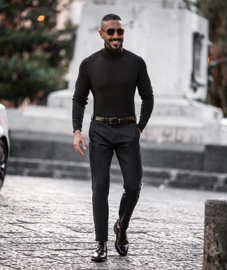 Cómo combinar un jersey de cuello alto en gris oscuro: Considera emparejar un jersey de cuello alto en gris oscuro junto a un pantalón de vestir en gris oscuro para una apariencia clásica y elegante. Zapatos derby de cuero negros son una opción muy buena para completar este atuendo.