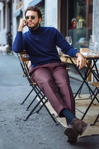 Cómo combinar: jersey de cuello alto azul marino, pantalón de vestir burdeos, zapatos oxford de ante en marrón oscuro, gafas de sol negras