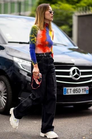 Cómo combinar: jersey de cuello alto efecto teñido anudado en multicolor, pantalones anchos vaqueros negros, deportivas en beige, correa de cuero negra