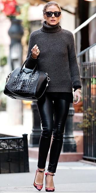 Cómo combinar: jersey de cuello alto en gris oscuro, pantalones pitillo de cuero negros, bolsa tote de cuero negra, gafas de sol negras