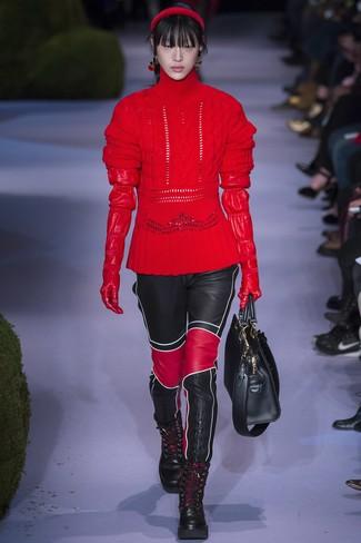 Cómo combinar: jersey de cuello alto de lana de punto rojo, pantalones pitillo de cuero negros, botas planas con cordones de cuero negras, bolsa tote de cuero negra