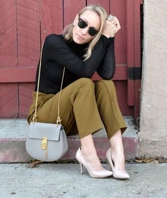 Cómo combinar: jersey de cuello alto negro, pantalones pitillo verde oliva, zapatos de tacón de cuero en beige, bolso bandolera de cuero gris