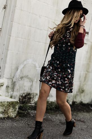 Cómo combinar un jersey de cuello alto burdeos: Elige un jersey de cuello alto burdeos y un pichi con print de flores negro para crear una apariencia elegante y glamurosa. Botines de cuero negros son una opción práctica para completar este atuendo.