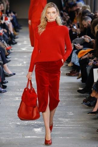 Cómo combinar: jersey de cuello alto de punto rojo, falda lápiz de terciopelo roja, zapatos de tacón de cuero rojos, bolsa tote de cuero roja