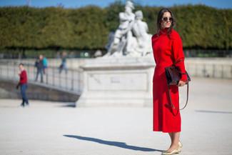 Cómo combinar: jersey de cuello alto rojo, falda midi roja, bailarinas de cuero doradas, bolsa tote de cuero burdeos