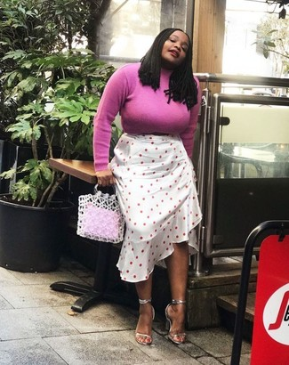 Cómo combinar: jersey de cuello alto rosa, falda midi a lunares blanca, sandalias de tacón de cuero plateadas, bolsa tote de crochet blanca