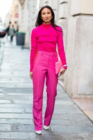 Cómo combinar unos zapatos de tacón de cuero blancos: Un jersey de cuello alto rosa y un pantalón de vestir rosa son una combinación toda fashionista debe intentar Zapatos de tacón de cuero blancos son una opción inigualable para completar este atuendo.