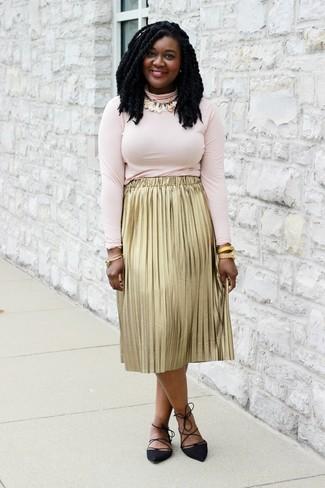 Cómo combinar unas bailarinas de ante negras: Opta por un jersey de cuello alto rosado y una falda midi plisada dorada para lidiar sin esfuerzo con lo que sea que te traiga el día. Bailarinas de ante negras añadirán interés a un estilo clásico.