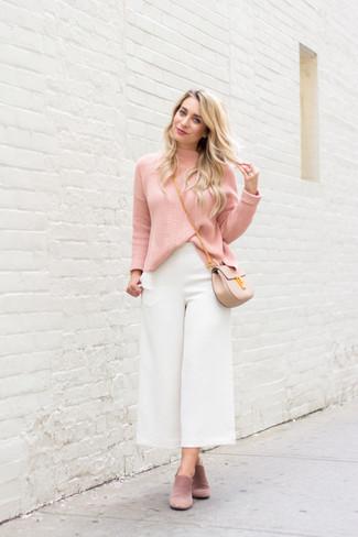 Cómo combinar un bolso bandolera de cuero en beige: Casa un jersey de cuello alto rosado con un bolso bandolera de cuero en beige transmitirán una vibra libre y relajada. Con el calzado, sé más clásico y elige un par de chinelas de ante rosadas.