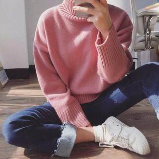 Moda para mujeres adolescentes en clima cálido: Opta por un jersey de cuello alto de punto rosado y unos vaqueros pitillo azul marino para conseguir una apariencia relajada pero chic. Tenis de lona blancos añaden un toque de personalidad al look.