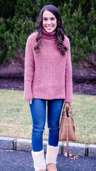 Cómo combinar: jersey de cuello alto de punto rosado, vaqueros pitillo desgastados azules, botas ugg rosadas, bolsa tote de cuero rosada