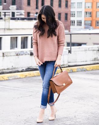 Cómo combinar: jersey de cuello alto de punto rosado, vaqueros pitillo desgastados azules, zapatos de tacón de cuero en beige, bolso de hombre de cuero marrón