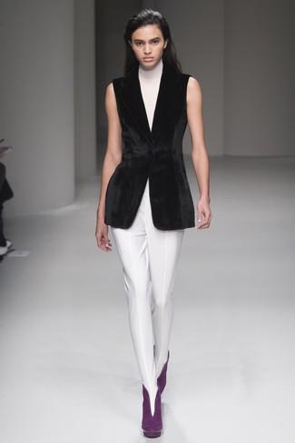Cómo combinar: jersey de cuello alto sin mangas blanco, blazer sin mangas de terciopelo negro, pantalones pitillo blancos, botines de ante morado