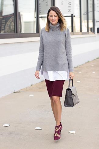 Cómo combinar: jersey de cuello alto de punto gris, túnica blanca, falda lápiz burdeos, zapatos de tacón de ante burdeos
