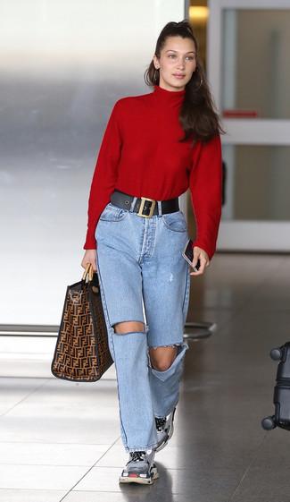 Cómo combinar: jersey de cuello alto rojo, vaqueros desgastados celestes, deportivas grises, bolsa tote de cuero estampada marrón