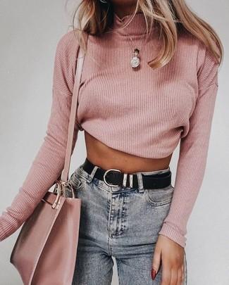 Cómo combinar un jersey de cuello alto rosado: Este combo de un jersey de cuello alto rosado y unos vaqueros pitillo grises te permitirá mantener un estilo cuando no estés trabajando limpio y simple.