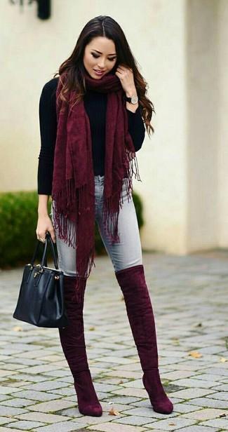 Cómo combinar una bufanda burdeos: Equípate un jersey de cuello alto negro con una bufanda burdeos transmitirán una vibra libre y relajada. ¿Te sientes valiente? Elige un par de botas sobre la rodilla de ante burdeos.