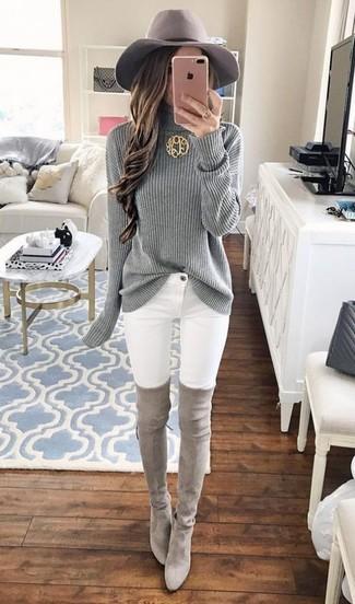 Cómo combinar: jersey de cuello alto de punto gris, vaqueros pitillo blancos, botas sobre la rodilla de ante grises, sombrero de lana gris