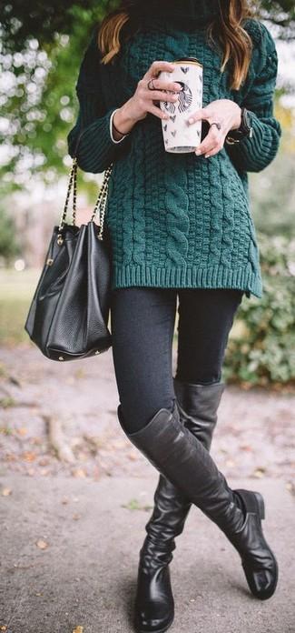 Cómo combinar: jersey de cuello alto de punto verde oscuro, vaqueros pitillo negros, botas sobre la rodilla de cuero negras, mochila con cordón de cuero negra