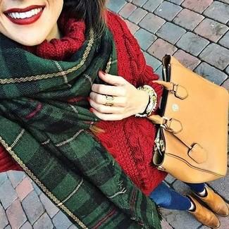 Cómo combinar: jersey de cuello alto de lana de punto rojo, vaqueros pitillo azules, botines chelsea de ante marrón claro, bolsa tote de cuero marrón claro