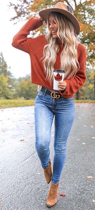 Cómo combinar un sombrero de lana marrón claro: Equípate un jersey de cuello alto de punto naranja junto a un sombrero de lana marrón claro para un look agradable de fin de semana. Botines de ante marrón claro son una opción grandiosa para completar este atuendo.