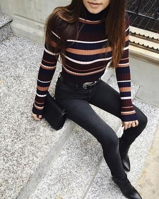 Cómo combinar: jersey de cuello alto de rayas horizontales en multicolor, vaqueros pitillo negros, botines de cuero negros, bolso bandolera de cuero negro