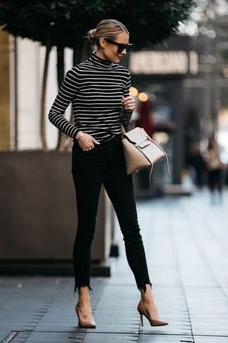 Cómo combinar: jersey de cuello alto de rayas horizontales en negro y blanco, vaqueros pitillo negros, zapatos de tacón de cuero marrón claro, bolso de hombre de cuero en beige