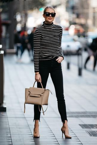 Outfits mujeres: Considera ponerse un jersey de cuello alto de rayas horizontales en negro y blanco y unos vaqueros pitillo negros para un look diario sin parecer demasiado arreglada. Zapatos de tacón de cuero marrón claro son una opción perfecta para complementar tu atuendo.