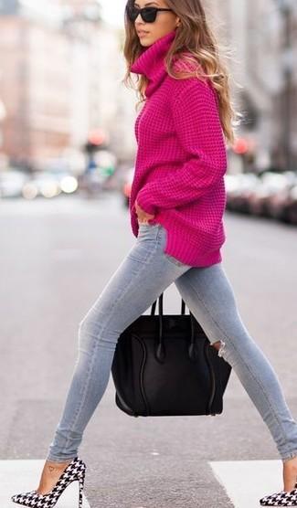 Cómo combinar: jersey de cuello alto rosa, vaqueros pitillo desgastados grises, zapatos de tacón de cuero de pata de gallo en negro y blanco, bolsa tote de cuero negra