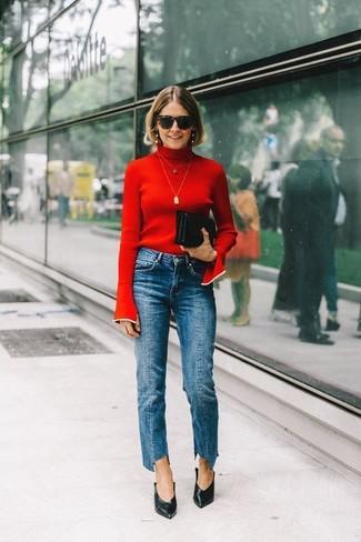Cómo combinar: jersey de cuello alto rojo, vaqueros azules, zapatos de tacón de cuero negros, cartera sobre de cuero negra