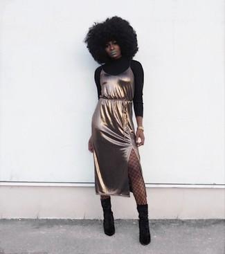 Cómo combinar: jersey de cuello alto negro, vestido camisola de seda dorado, botas a media pierna de ante negras, reloj dorado