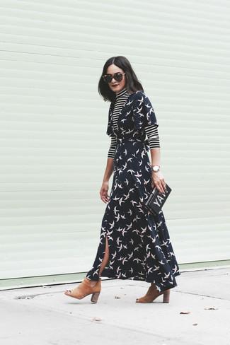 Cómo combinar: jersey de cuello alto de rayas horizontales en negro y blanco, vestido cruzado estampado negro, botines chelsea de ante marrón claro, cartera sobre estampada negra
