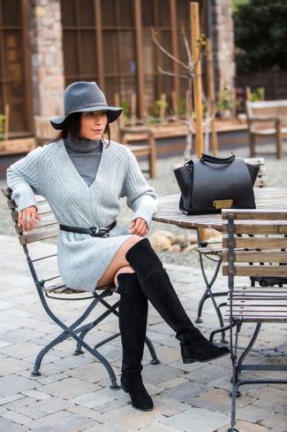 Cómo combinar: jersey de cuello alto gris, vestido jersey de punto gris, botas sobre la rodilla de ante negras, bolso de hombre de cuero negro