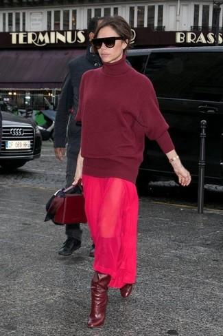 Cómo combinar: jersey de cuello alto de lana burdeos, vestido largo de gasa rosa, botas de caña alta de cuero burdeos, bolso de hombre de cuero burdeos