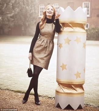 Intenta combinar un jersey de cuello alto negro con un vestido tubo dorado para lucir elegante y distinguida. Zapatos de tacón de cuero negros son una opción atractiva para complementar tu atuendo.