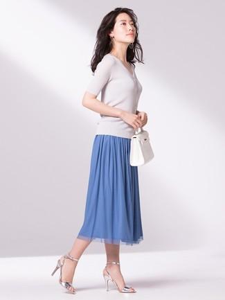 Cómo combinar: jersey de manga corta blanco, falda midi plisada azul, sandalias de tacón de cuero plateadas, bolsa tote de cuero blanca