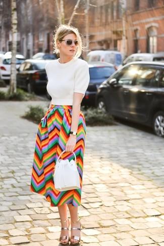 Cómo combinar: jersey de manga corta blanco, falda midi en zig zag en multicolor, sandalias de tacón de cuero doradas, mochila con cordón de cuero blanca